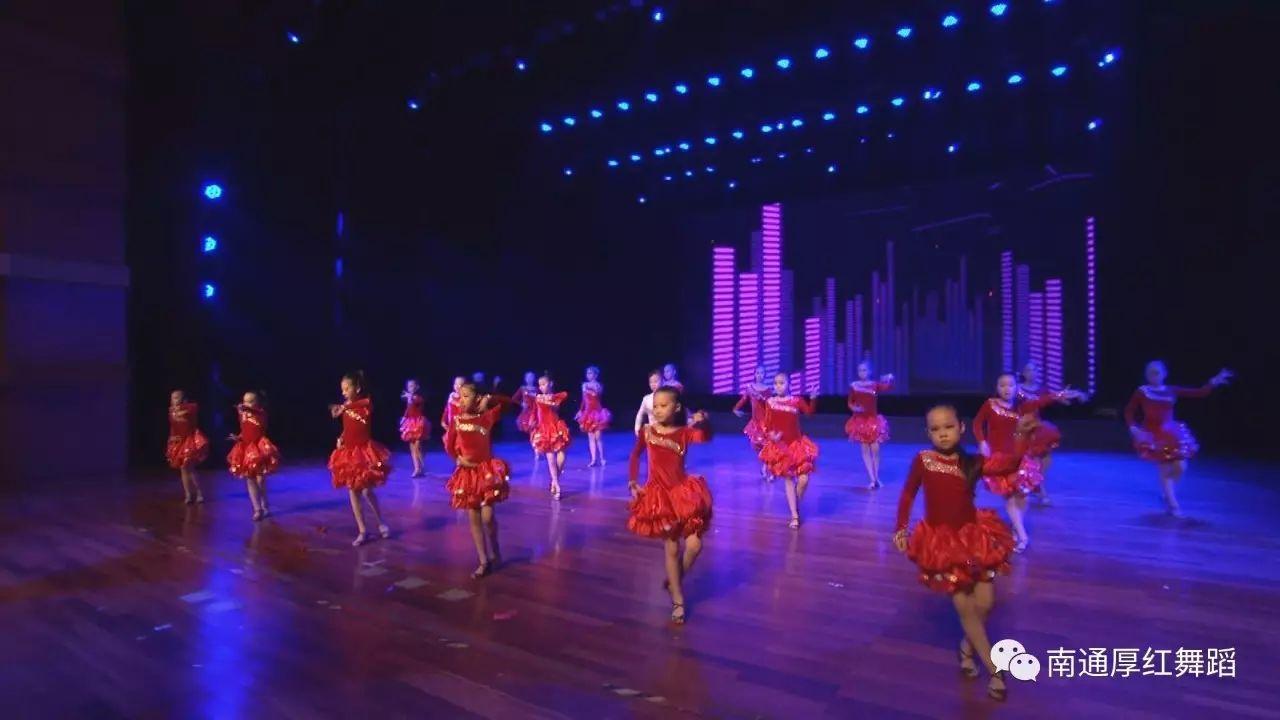 厚红舞蹈小学员的精美扮演
