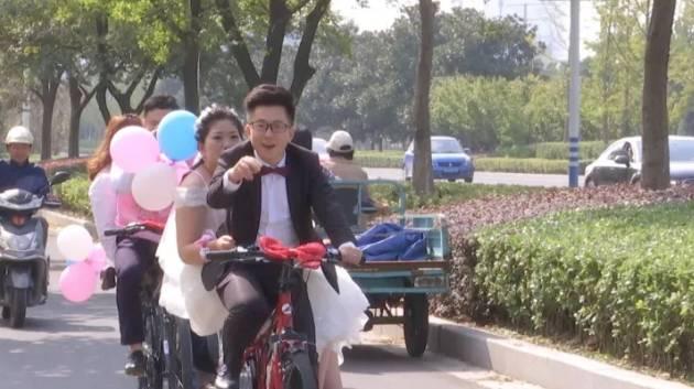 南通90后完婚迎亲惊呆众人,婚车居然是18辆自行车…