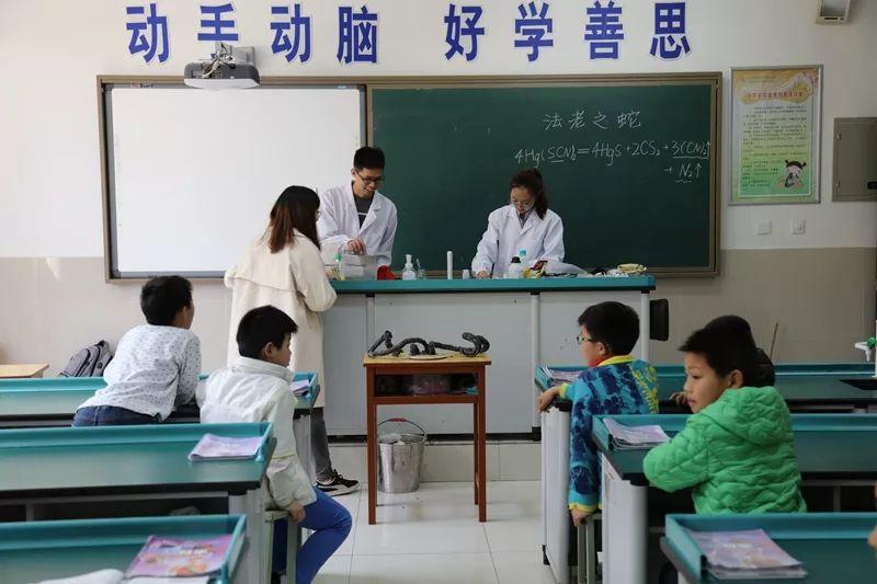 """八一小学第三届""""火凤凰""""科技节系列运动:科普进校园"""