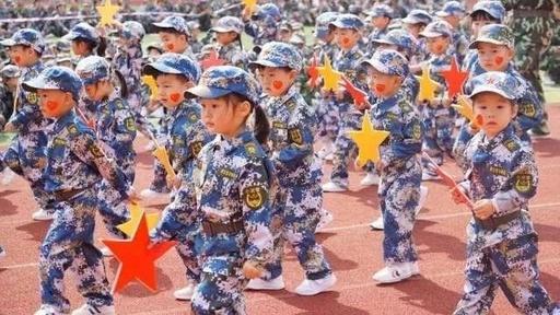 """格林兄弟幼儿园""""梦境海陆空""""军事练习暨第三届千人亲子活动会运动"""